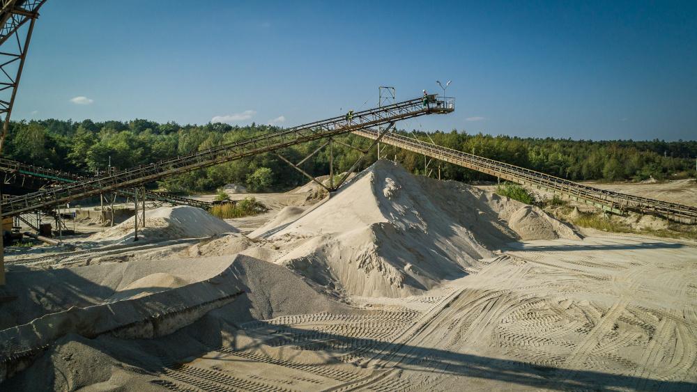 kopalnia odkrywkowa z taśmami transportowymi