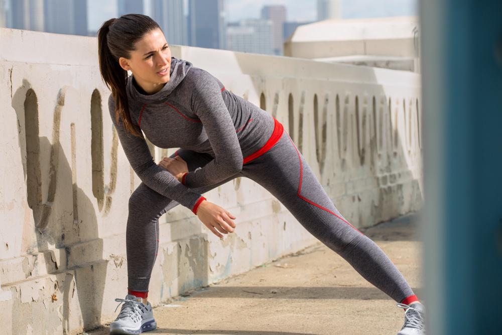 kobieta wykonujaca cwiczenia rozgrzewajace