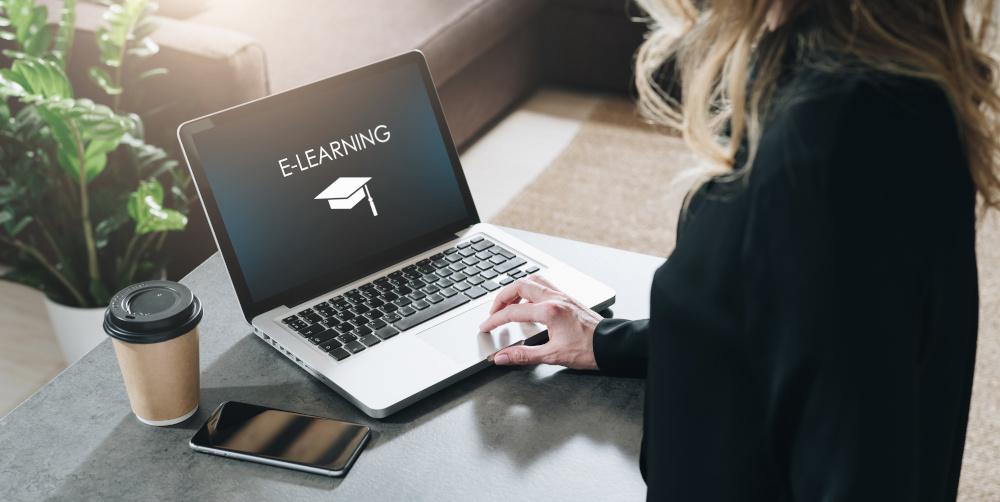 szkolenia e learning kobieta poslugujaca sie laptopem