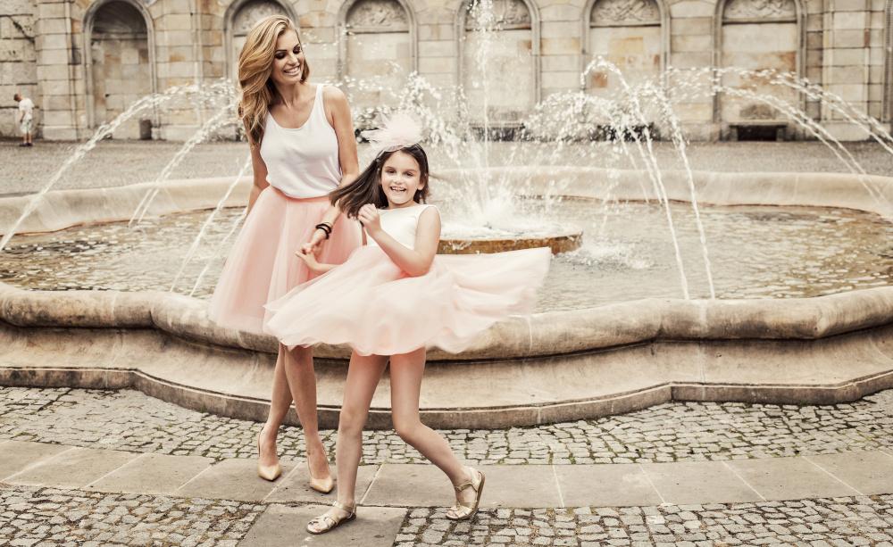 matka i corka przy fontannie