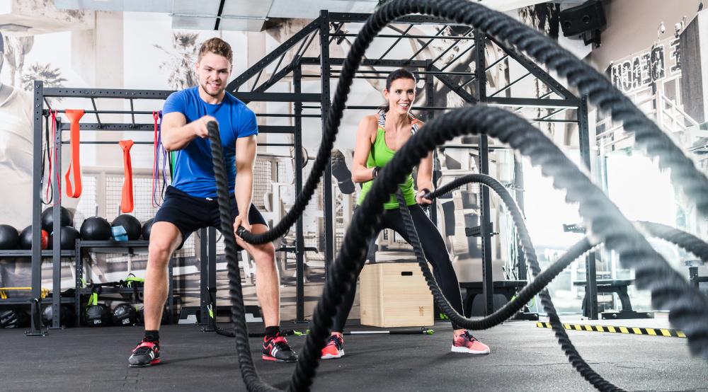 ćwiczenia kobiety i mężczyzny na siłowni