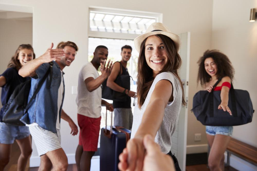 grupa przyjaciół z torbami podróżnymi