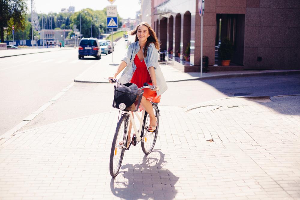 kobieta na rowerze w mieście
