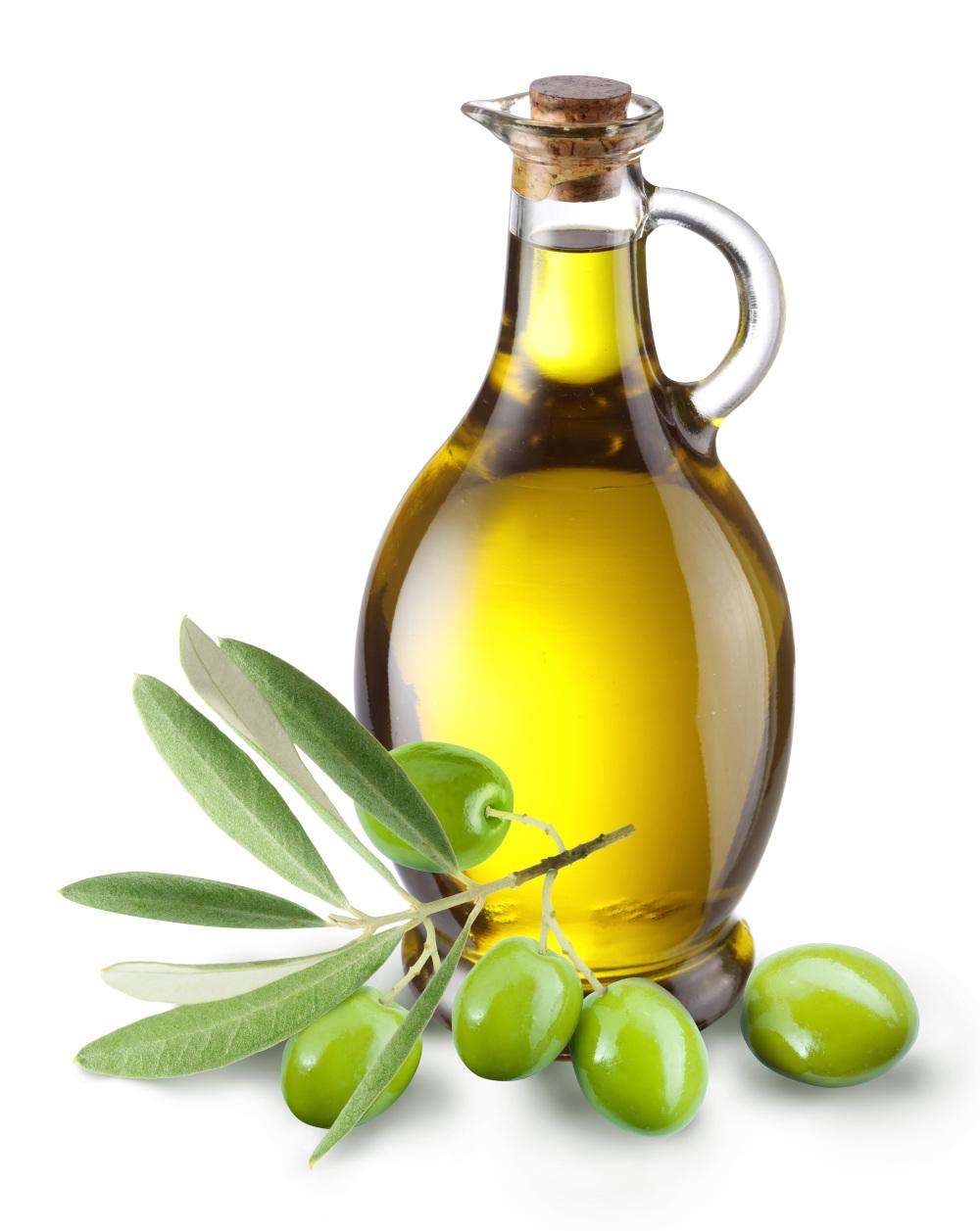 butelka z olejem na białym tle obok położone oliwki