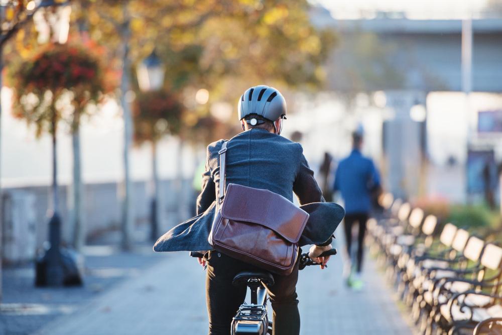 mężczyzna jeżdżący na rowerze